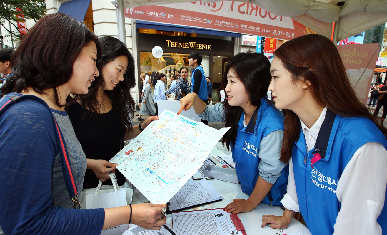 (재)한국방문위원회의 통역자원봉사단 '친절대사'들이 28일 서울 명동을 찾은 외국인 관광객들에게 지도를 보며 안내를 하는 모습.